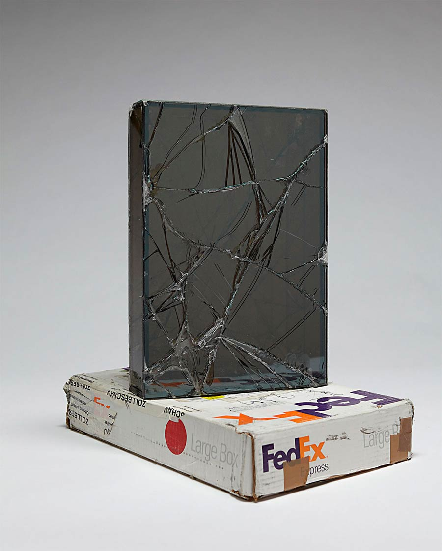 Ungeschützt verschicktes Glas wird zu gesprungener Kunst Waled-Beshty-FedEx-glass_02