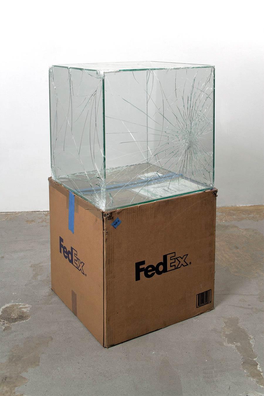 Ungeschützt verschicktes Glas wird zu gesprungener Kunst Waled-Beshty-FedEx-glass_03
