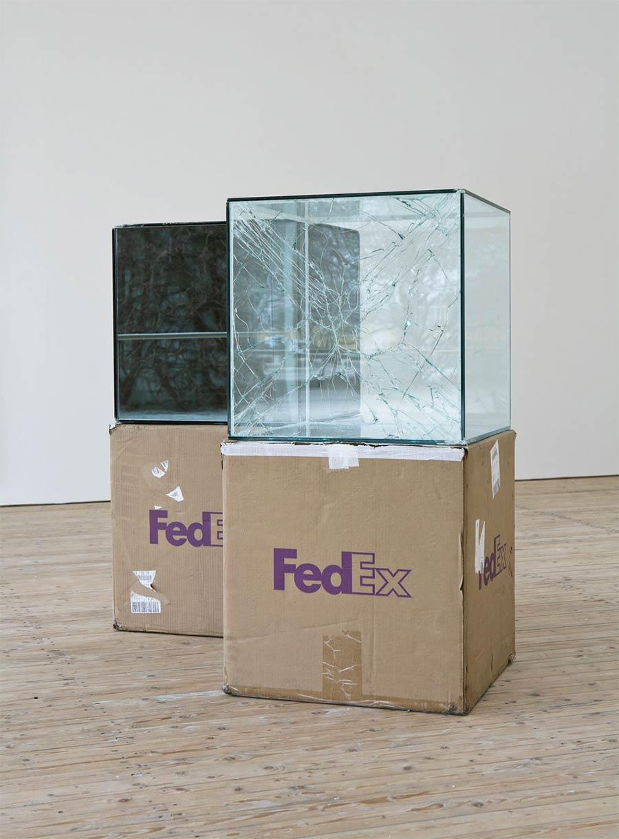 Ungeschützt verschicktes Glas wird zu gesprungener Kunst Waled-Beshty-FedEx-glass_04