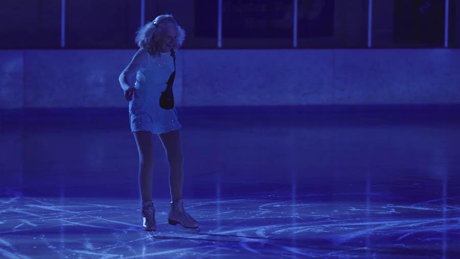 90-jährige Eiskunstläuferin