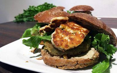 Ein-Minuten-Menü: Falafelburger mit Halloumi