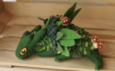 Liebevoll gestaltete Filz-Drachen