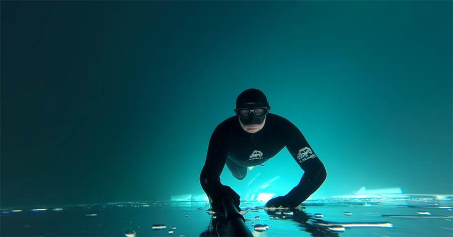 Mit der GoPro unter der Eisdecke schwimmen