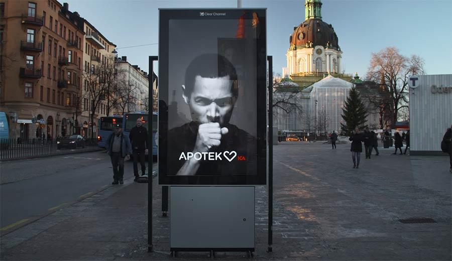 Reklametafel hustet bei rauchenden Passanten
