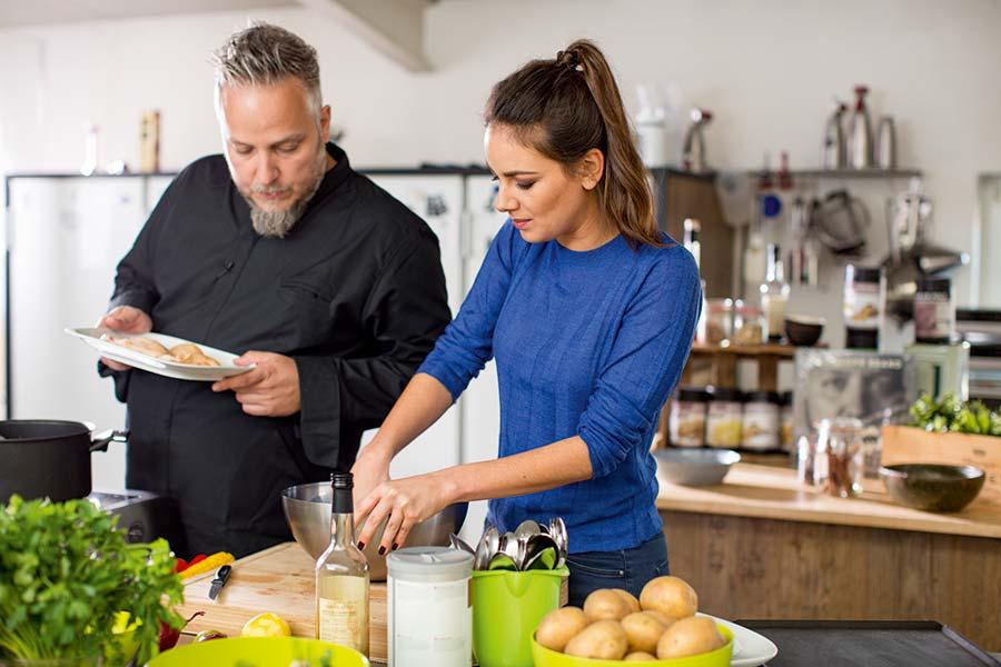 Wer gut isst, hat gute Laune AOK-Gutes-Essen-Gute-Laune-Hoer-Auf-Dein-Bauchgefuehl_03