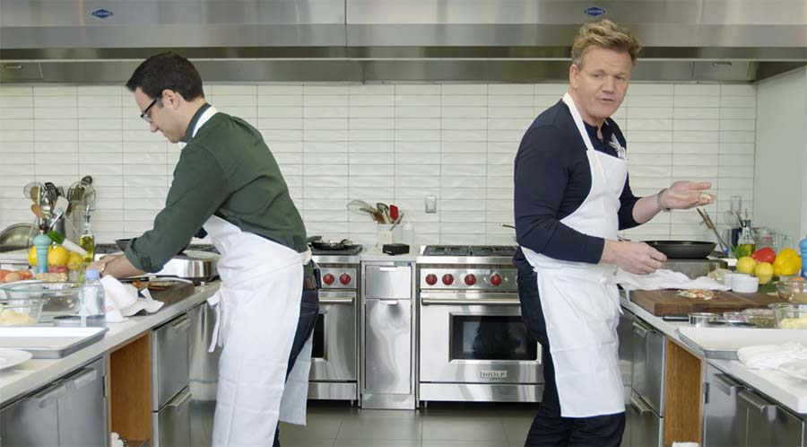 Amateur versucht mit Starkoch Gordon Ramsay mitzuhalten Gordon-Ramsay-Back-to-back-cooking