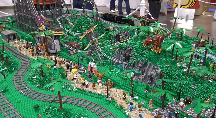 LEGO-Achterbahn im Dino-Park LEGO-dinosaur-rollercoaster