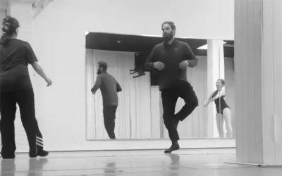 Väter versuchen, mit ihren Töchtern Ballett zu tanzen