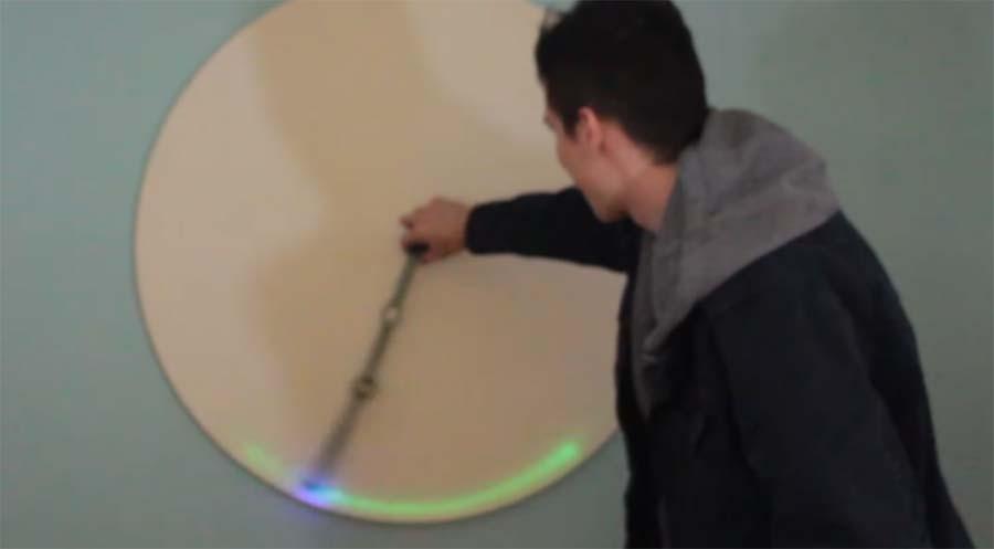 Doppelpendel-Bewegungen per UV-Licht visualisiert