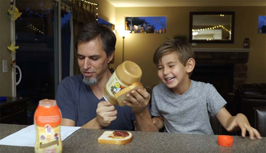 Vater nimmt Sandwich-Anleitungen seiner Kinder wörtlich