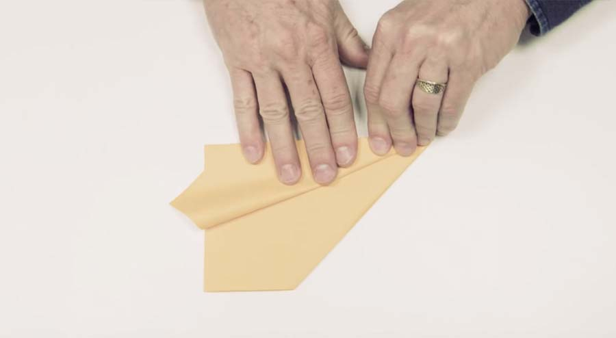 So faltest du dir den Weltrekord-Papierflieger