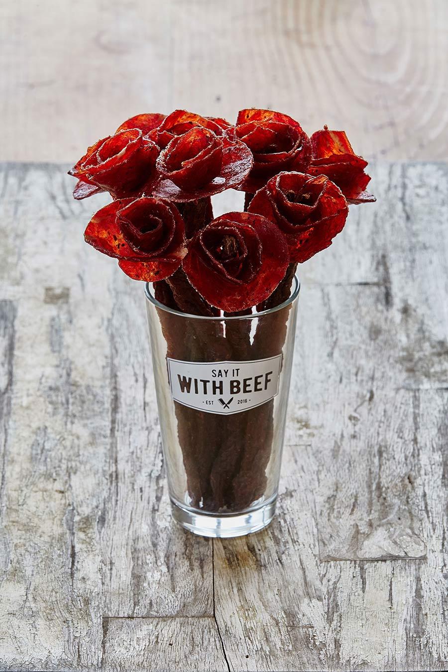 Lecker: Blumen aus Wurst say-it-with-beef-flowers_03