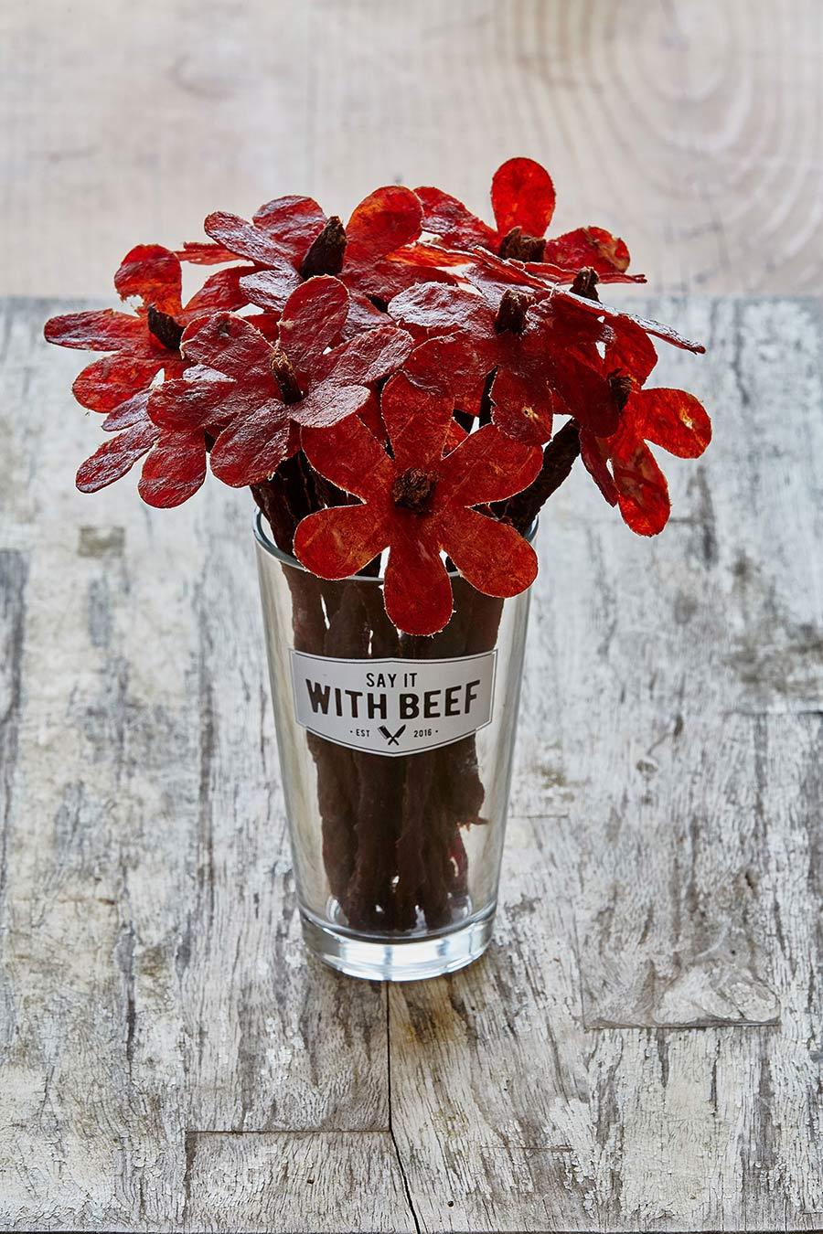 Lecker: Blumen aus Wurst say-it-with-beef-flowers_04