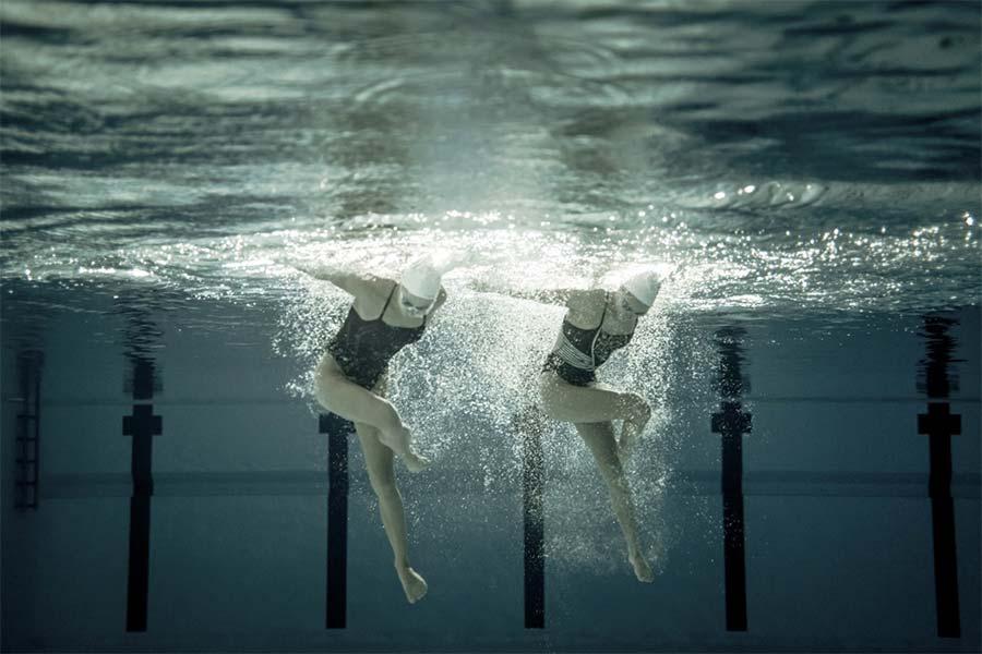 Unterwasseraufnahmen von Synchronschwimmerinnen