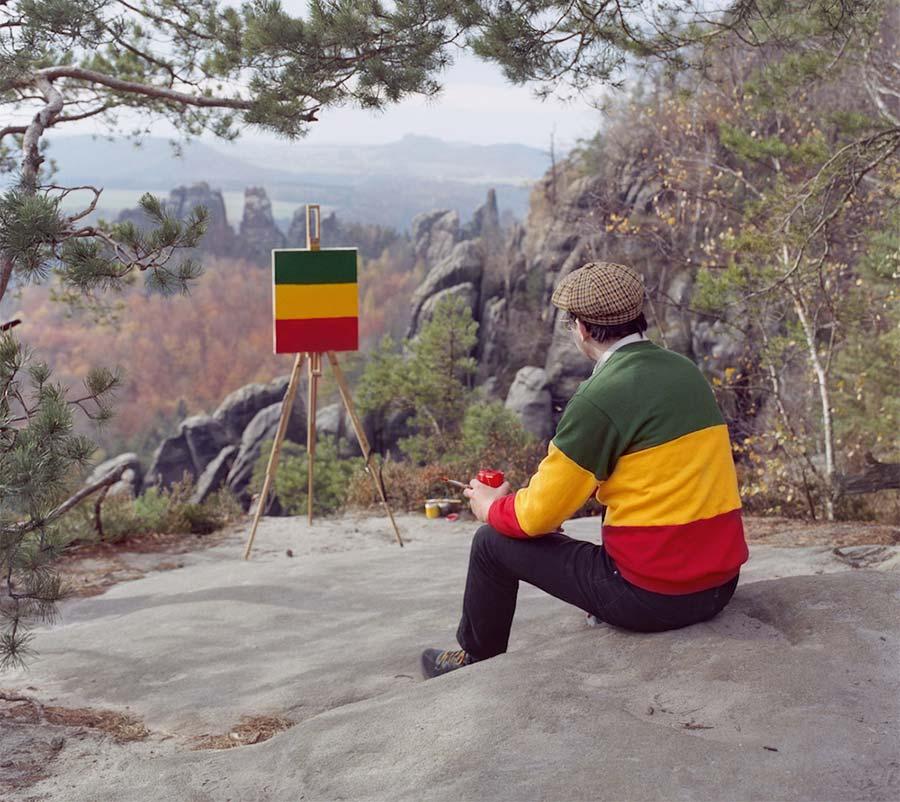 Maler malt Muster des Pullovers, den er gerade trägt Und-im-Sommer-tu-ich-malen_01