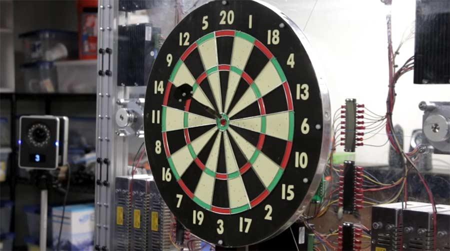 Bei dieser Darstscheibe landen alle Pfeile im Bullseye automatic-bullseye-moving-dartboard