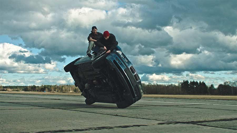 Diese Jungs machen den Reifenwechsel während der Fahrt