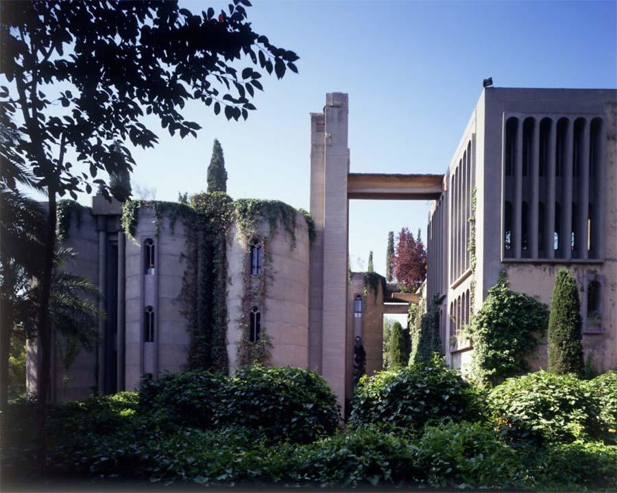 Villa aus alter Zementfabrik gezaubert la-fabrica-ricardo-bofil_02
