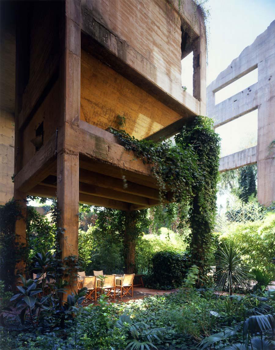 Villa aus alter Zementfabrik gezaubert la-fabrica-ricardo-bofil_04