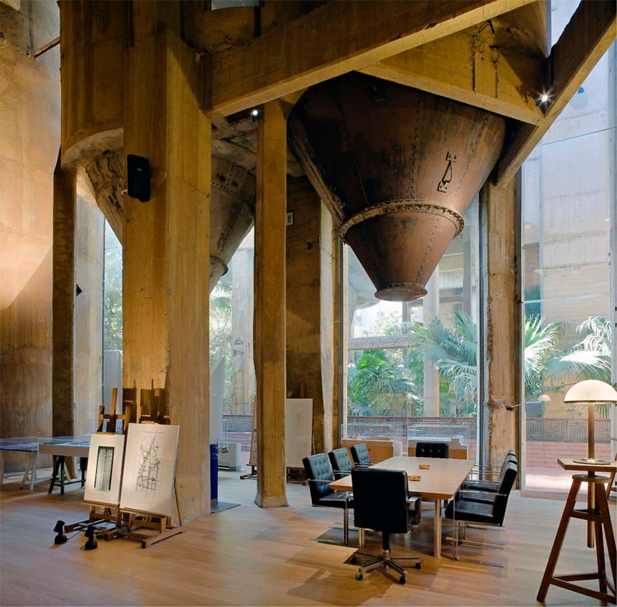 Villa aus alter Zementfabrik gezaubert la-fabrica-ricardo-bofil_05