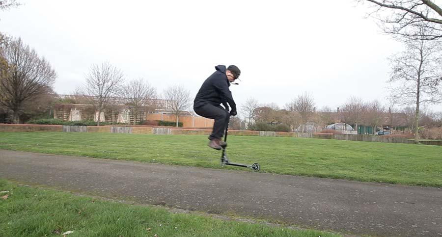 Mike Boyd lernt einen Tailwhip auf dem Roller