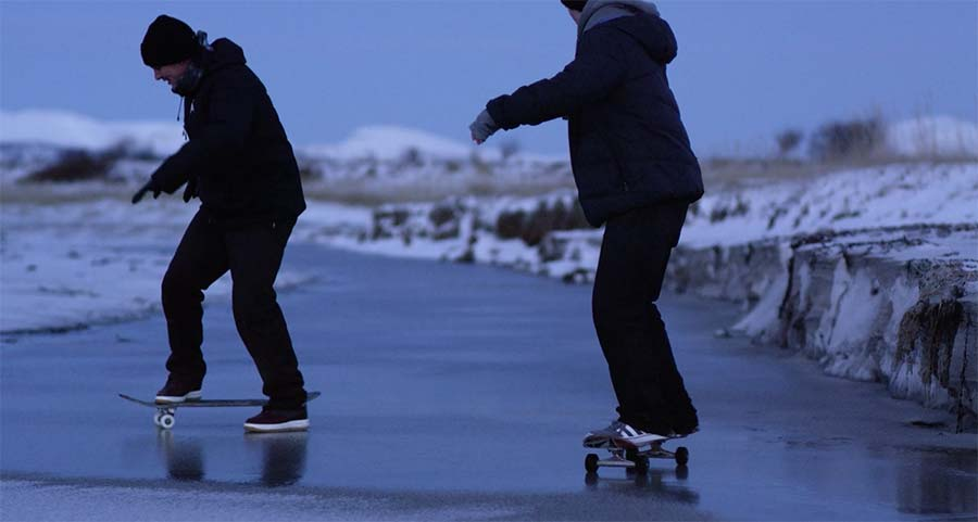 Auf gefrorenem Sand Skateboarden skateboarding-on-frozen-sand