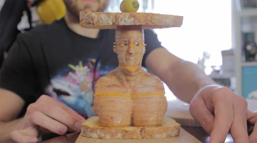 Eine Vin Diesel-Skulptur aus Schinken- und Käsescheiben