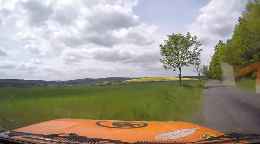 Kamera fliegt aus Rallye-Auto und filmt hollywoodreifen Crash Martin-Kder-Radek-Sladkovsky-skoda-130-LR-crash