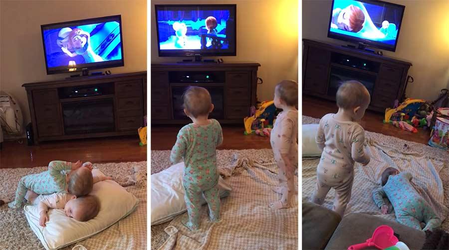 2-jährige Zwillinge spielen Frozen-Szene nach Twins-acting-out-scene-from-Frozen