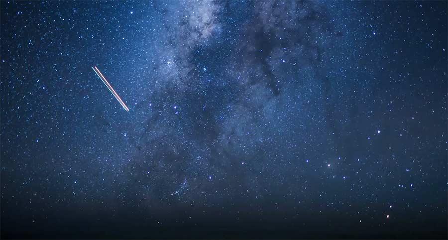 Milchstraßen-Zeitraffer aus dem Flugzeugcockpit