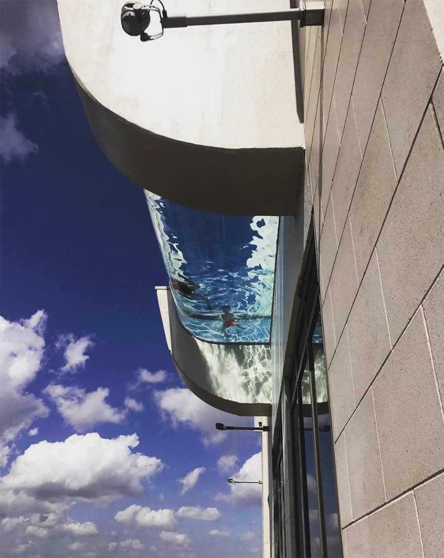 Vom 42. Stock über einen Glasbodenpool laufen glass-pool-skyscraper_02