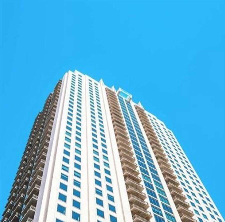 Vom 42. Stock über einen Glasbodenpool laufen glass-pool-skyscraper_03