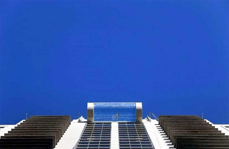 Vom 42. Stock über einen Glasbodenpool laufen glass-pool-skyscraper_05
