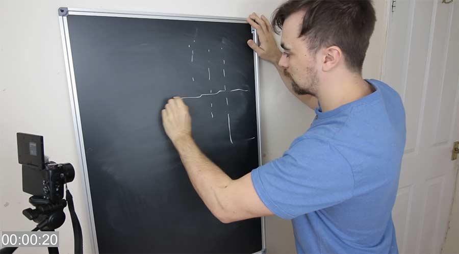 Mike Boyd lernt, gestrichelte Kreidelinien zu zeichnen