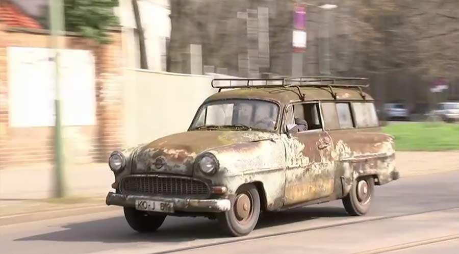 Dieser Opel wurde 40 Jahre nicht gewaschen