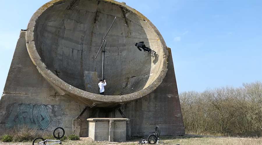 Auf gigantischem Sound-Spiegel biken
