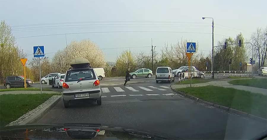 Autofahrer betätigt Fußgängerampel, um weiterfahren zu können