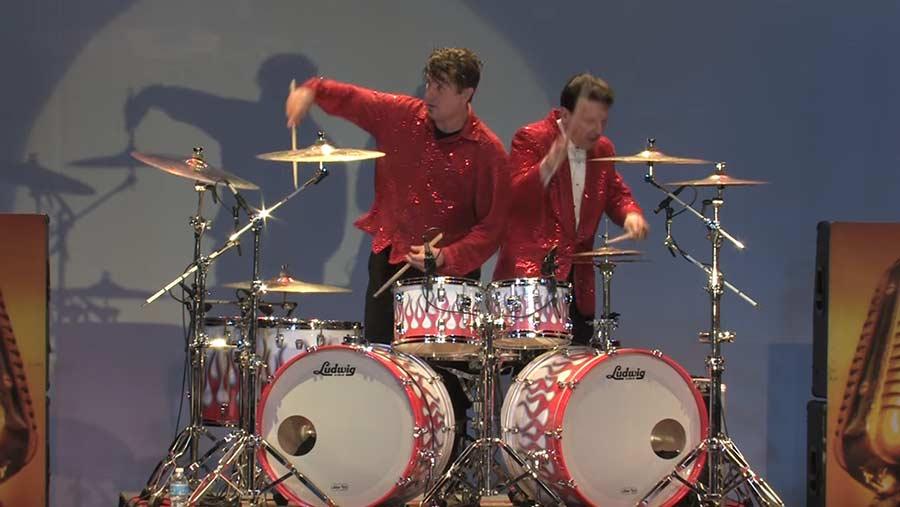 Zwei Schlagzeuger teilen sich ein Schlagzeug
