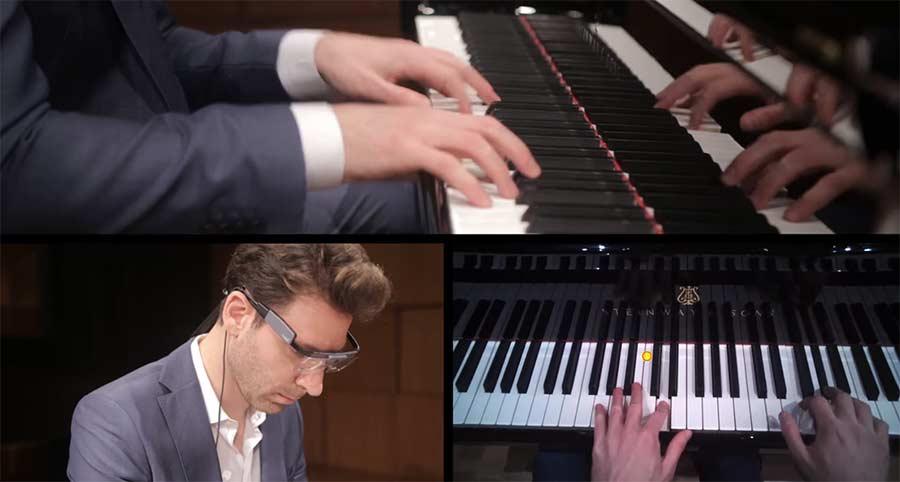 Dahin schaut ein Pianist beim Spielen