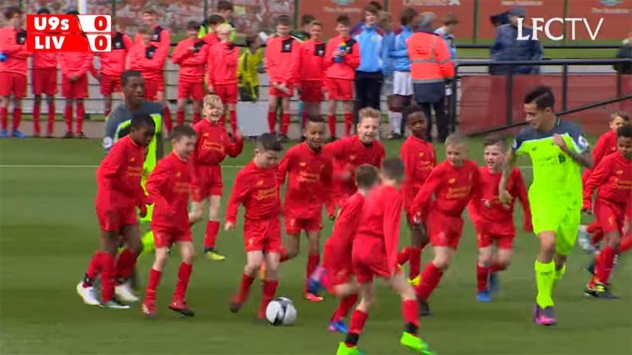 2 Liverpool-Profis gegen 30 U9-Fußballkids 30-kids-vs-2-pros-soccer-liverpool-coutinho
