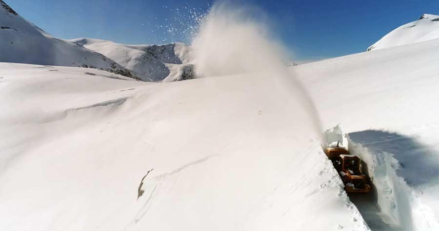 Eine Straße in drei Meter hohen Schnee fräsen