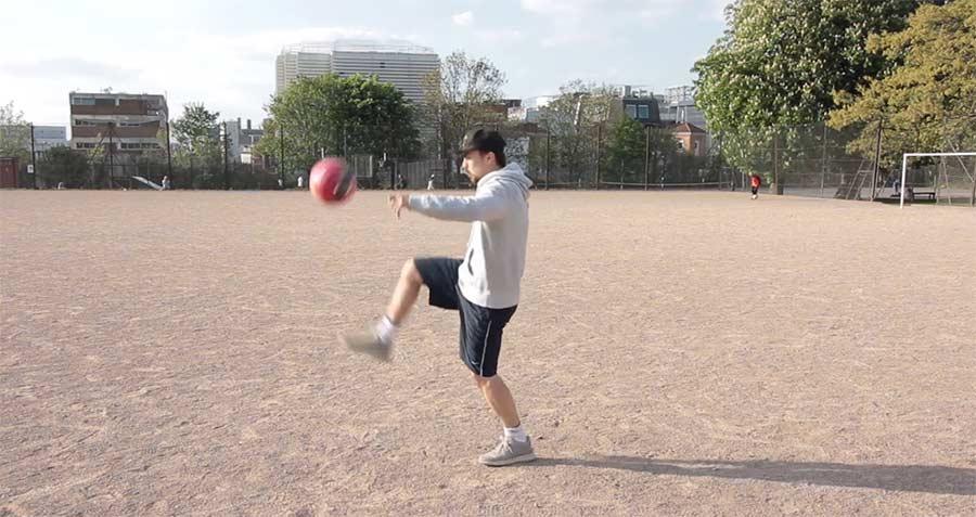 Mike Boyd lernt, einen Fußball hochzuhalten Mike-Boyd-Ballhochhalten
