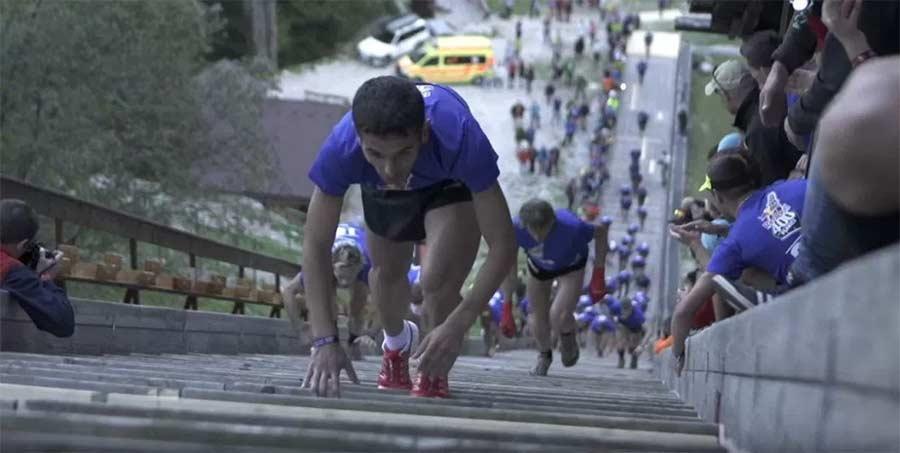 Wer sprintet am schnellsten die Skisprungschanze hoch? Red-Bull-400-skisprungschanze-sprint