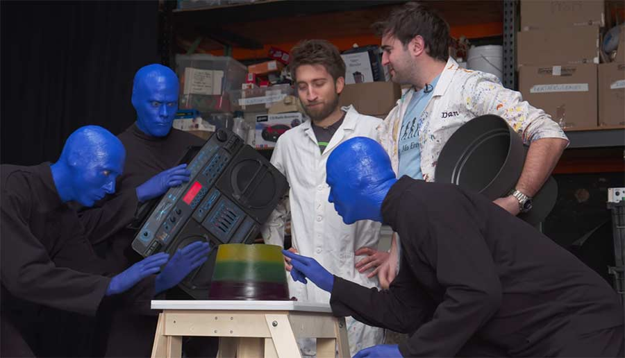 The Slow Mo Guys treffen auf die Blue Man Group