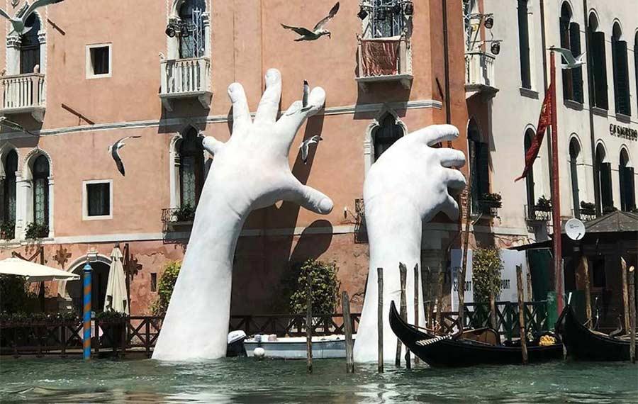 In Venedig ragen Riesenhände aus dem Kanal Support-Lorenzo-Quinn_01