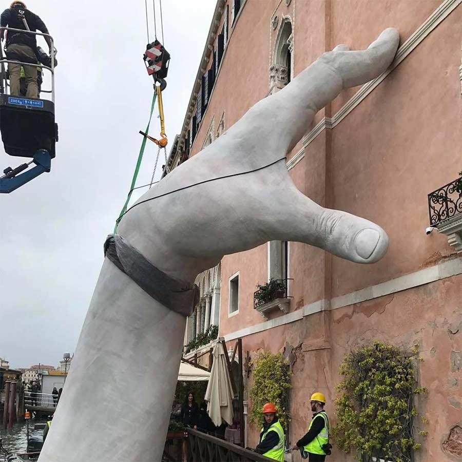 In Venedig ragen Riesenhände aus dem Kanal Support-Lorenzo-Quinn_03