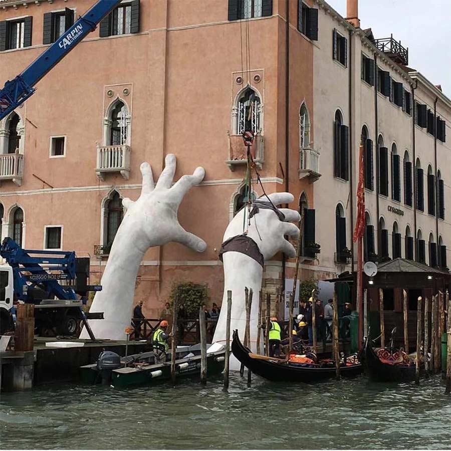 In Venedig ragen Riesenhände aus dem Kanal Support-Lorenzo-Quinn_04