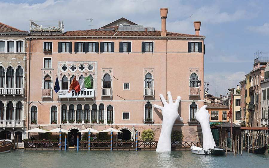 In Venedig ragen Riesenhände aus dem Kanal Support-Lorenzo-Quinn_07