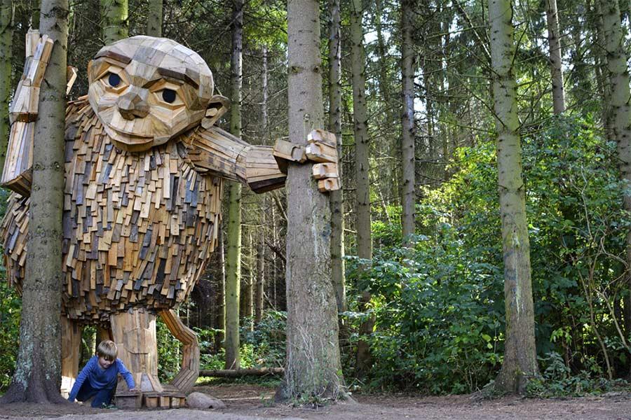 Fantastische Holzmonster im Kopenhagener Wald