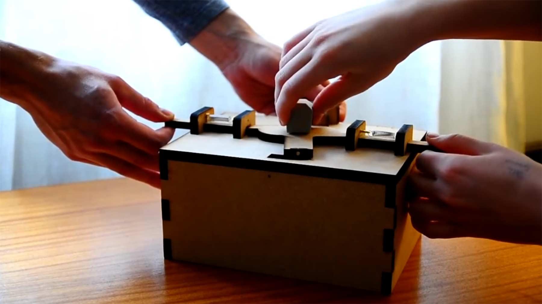 Diese Keksdose kann man nur zu zweit öffnen cookie-box-open-with-two-people